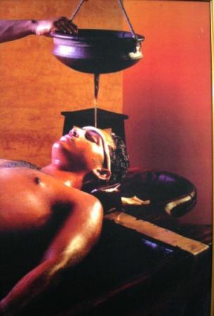 Shirodara olie behandeling van het voorhoofd uit de Ayurveda
