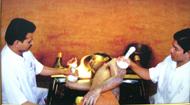 Ayurvedische behandeling met hete kruiden tampons voor reuma
